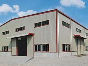 北京福鑫腾达彩钢钢构有限公司- 钢结构厂房特点:钢结构厂房分为轻钢结构厂房与重钢结构厂房,其主要承重构件是由钢材组成的,它区别于传统砖砌厂房,强度高,跨度大、钢结构建筑施工工期短,相应降低投资成本。