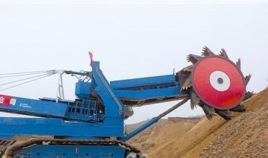 这一挖掘机由民营企业大连重; 世界首台套全液压斗轮挖掘机大连试车图片
