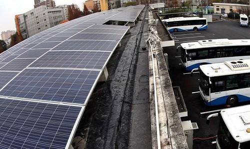 上海公交车用上太阳能充电