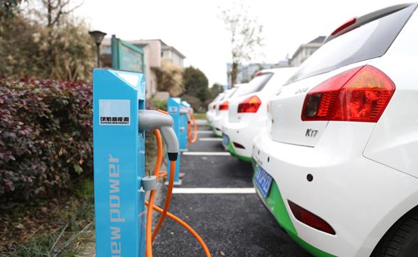 数张充电卡,数个充电APP,数个微信/QQ群,这是一个标准的中国式新能源车主的三大件。这不是开玩笑,而是被众多中国电动车主肯定的生存状态,当然也有很少车主坚持,不在外边充电,不去远的地方。   在新能源车累计销量超过50万辆的今天,充电依然难让政府当初电桩适度先行的顶层设计沦为空话。公共充电桩不够用、不能用、不让用也已经成为车主和媒体的老生常谈。   当去年底政府出台充电新国标,并捆绑新能源汽车推荐目录资格强制推行,已经不再信任的车主们对此并不买账:应该一开始就把标准统一,老干这种马
