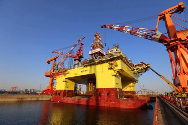 """我国深水半潜式钻井平台""""海洋石油982""""顺利下水"""