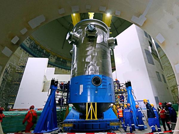 华龙一号全球首堆压力容器成功吊装