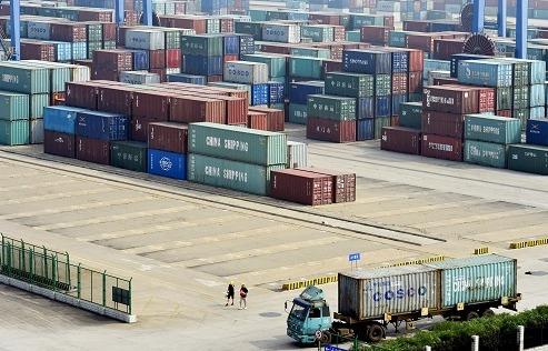 英媒关注中国机器人港口:自动驾驶卡车搬运集装箱