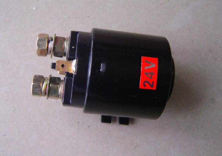 名称:电磁开关 电磁阀 泵站接触器 油泵接触器 电压:24V /12V 电流:200A 电磁开关是用电磁铁控制的开关,也就是电磁铁与开关的结合体。当电磁铁线圈通电后产生电磁吸力,活动铁芯推或拉动开关触点闭合,从而接通所控制电路。其工作原理是线圈通电后产生电磁吸力,使活动铁芯移动,从而一方面拉动传动啮合机构使起动机小齿轮前移与发动机飞轮齿圈啮合,另一方面推动开关触点接通,使直流电动机通电运转,从而带动发动机起动。电磁开关在各行业有广泛的应用,最常见的是工业领域的接触器。