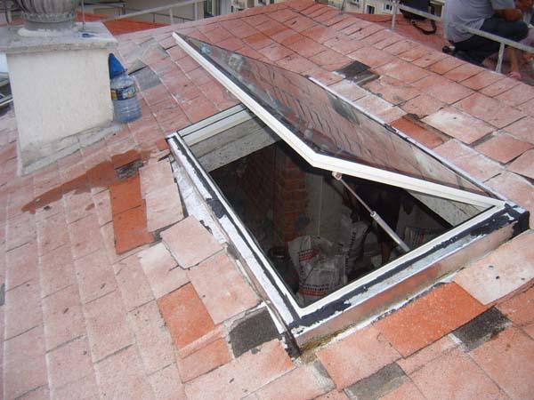 采光天窗玻璃 斜屋顶窗的采光材料选用高标准的的双层中空浮法玻璃,单片厚度为4mm,中空部分厚18mm,经密封后形成一体,密封材料从内到外分别选用丁基胶和硅酮耐候密封胶。中空部分采用德国林格曼铝制分子筛,表面经特殊处理,亮度高,内装有干燥剂---泡沸石,可以吸收大量水蒸气,而隔条表面不易生锈。整体厚度为26mm的中空玻璃,满足《建筑玻璃应用技术规程》JGJ113中的相关要求。经过在各种气候条件下的检测,证明其具有很好的保温隔热及隔音性能。 采光天窗五金件 中悬轴铰链经久耐用,高精度制造公差仅为0.