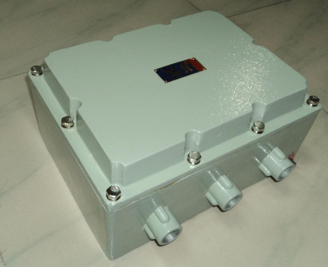 产品型号:FJK-FB 防爆箱规格:ZXBX简要说明:FJK-FB型防爆防火卷帘控制器采用ZXBX型铸铝合金外壳的防爆控制箱,上下为增安型接线腔,接线腔与主腔间采用隔离密封,主腔与外界完全隔离。该控制箱经国家防爆质量监督检验中心按GB3836-2000检测合格,其他功能与FJK-T-1型防火卷帘控制箱同。防爆按钮为复合型全密封结构,采用阻燃ABS注塑成形,内装隔爆元件。产品应用范围:适用于爆炸性气体混合物危险场所,具有防爆、防水、防腐、耐冲击等功能。产品证书:防爆合格证CE041125 防爆标志:Exde