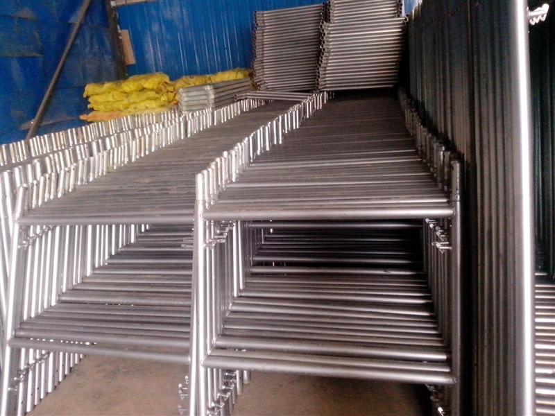 可靠性: 门型脚手架充分发挥了框架组合的作用,稳定性能好,层间走道平整,整体结构稳固、可靠,操作环境整齐、划一。 为确保产品长时间使用而不锈蚀,产品内外表面经热浸镀锌处理,提高了表面的抗腐蚀能力,延长了使用寿命。 经济性: 产品由于采用高强度钢材和整体热浸镀锌工艺,单件重量轻,经济耐用,并大大减少了产品多次油漆费用,从而使产品使用成本明显降低。 门型脚手架搭设、拆卸方便、效率高,与一般使用的钢管扣件脚手架相比提高功效50%-60%,并且节省大量劳力。 使用性: 产品设计合理,系列化配套使用,便于运输、保管