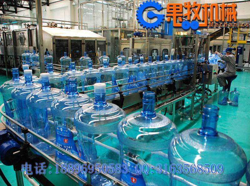 大桶装水生产线 小型桶装纯净水灌装机设备水灌装线采用可编程控制器控制系统自动运行,配备的是平板操控界面,简易操作。动力传动采用减速电机与 气动控制系统,性能可靠、操作简便、维护简单的。大桶装水生产线 小型桶装纯净水灌装机设备整个冲瓶、灌装、套盖和压盖全过程均在封闭隧道内进行,有效地防止纯净水在灌装过程中可能发生的二次污 染,完全符合卫生标准。本系统全部采用优质不锈钢材料,其它部分也均采用无毒、耐用的组合材料,电气、气动系统采用进口元件,因此设备故障率低,可靠性高。 大桶装水生产线 小型桶装纯净水灌装机设备