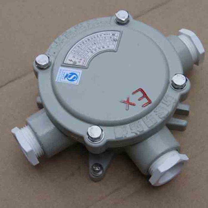 三、结构要求 1、防爆接线盒外壳采用铸铝合金ZL102制造,其抗拉强度不低于120MPa,含镁和钛总量不大于7.5%(重量比) 2、防爆接线盒的电气间隙不小于6mm,爬电距离不小于12.5mm。 3、防爆接线盒外壳显著出应设置清晰的永久性凸纹标志,隔爆型为EXdIIBT6Gb和严谨带点开盖 4、防爆接线盒与外部电路连接的连接件(接线端子)应符合GB3836.