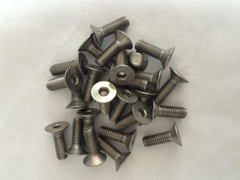 内六角沉头螺钉常用于机械上,主要有便于紧固,拆卸,不容易滑角等优势.内六角扳手一般都是一个90拐弯的,弯的一端长一边短,用短的一边打螺丝时,手握长的一边可以省很多的力并且能更好的紧固螺丝.长的一端有分圆头(六角圆柱类似球体)和平头,圆头可以很方便的插入螺丝孔内很便捷的拆卸,.
